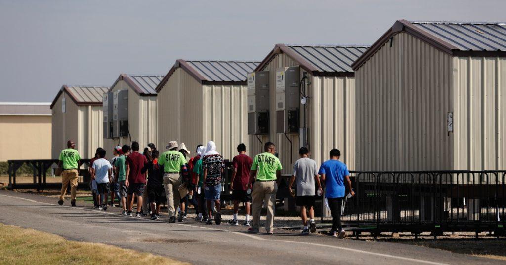 Gobierno de Biden reabre instalación en Texas para menores migrantes