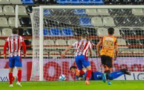 Raúl Gudiño ataja el penalti ante Pachuca. Foto: Mexsport