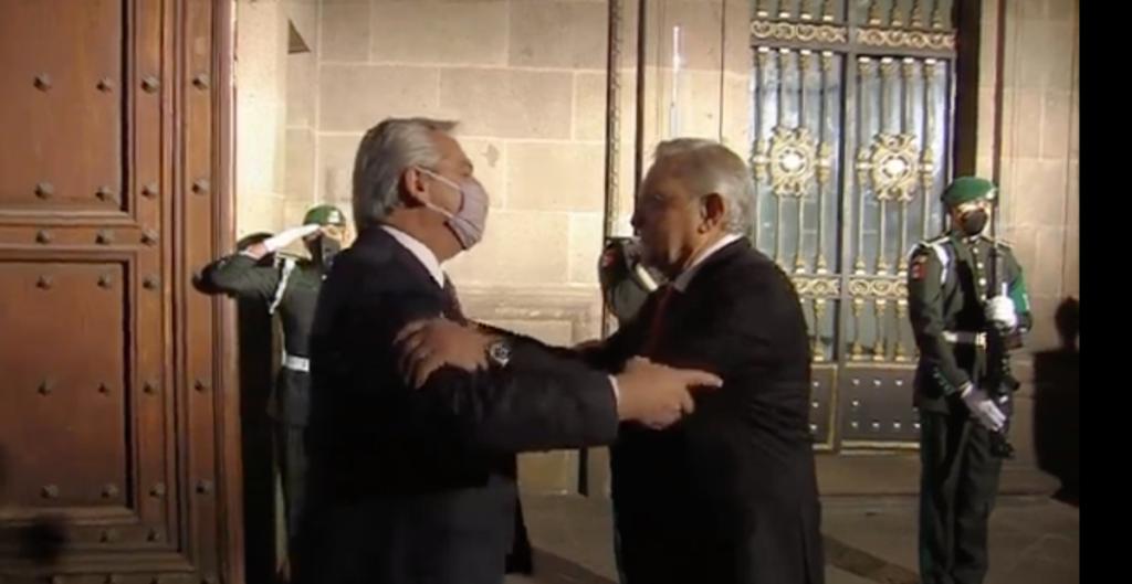 Sin cubrebocas, AMLO recibe a su homólogo argentino, Alberto Fernández, en Palacio Nacional