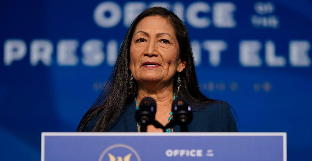 Deb Haaland, nominada para el Departamento de Interior, promete un 'equilibrio' en energía y clima