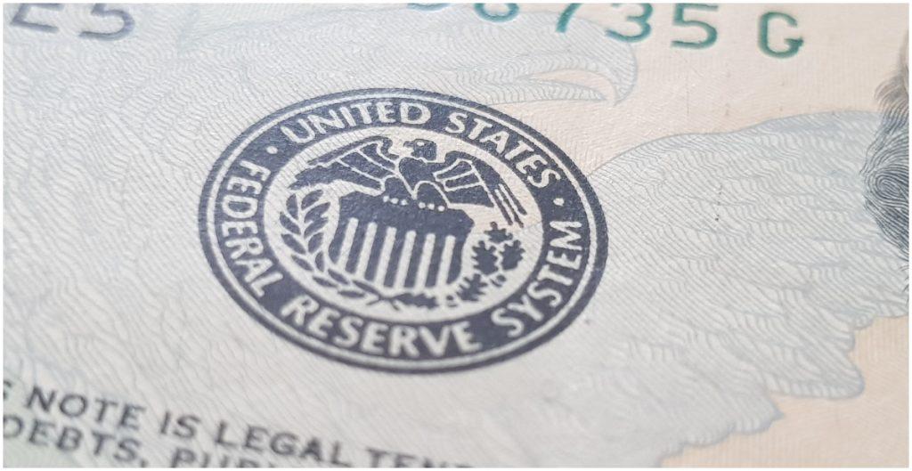 Fed reitera promesa de mantener las tasas de interés cerca de cero
