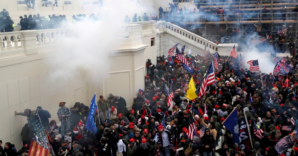 Expolicía de Nueva York es acusado de atacar a oficial del Capitolio durante disturbios