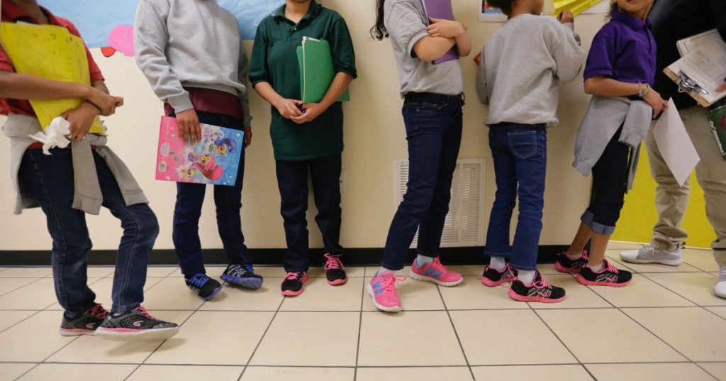 Gobierno de Biden trata de agilizar la liberación de niños migrantes