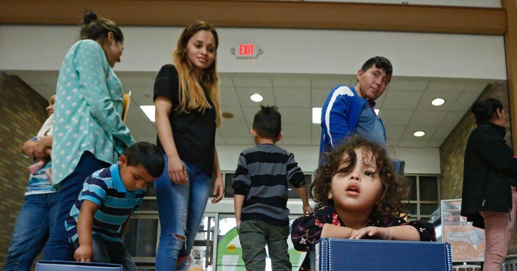 Hallan a los padres de más de 100 niños separados por Trump, pero faltan 506