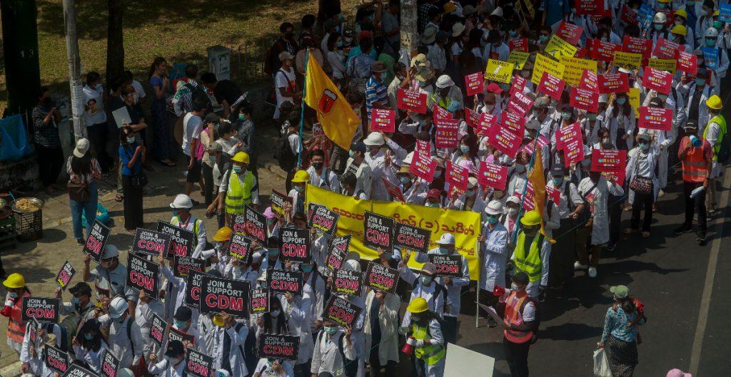Chocan manifestantes a favor y en contra del Ejército en Birmania