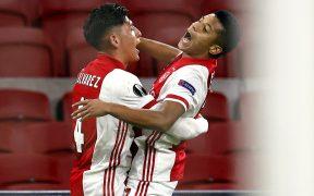 Álvarez festeja con Neres el segundo gol del Ajax. Foto: EFE