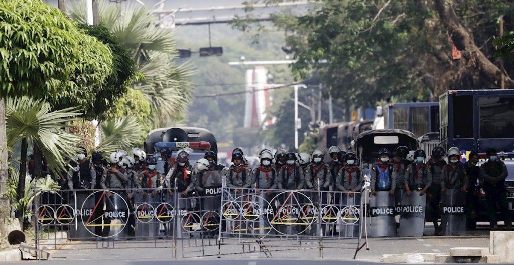 policia-protesta-birmania-efe