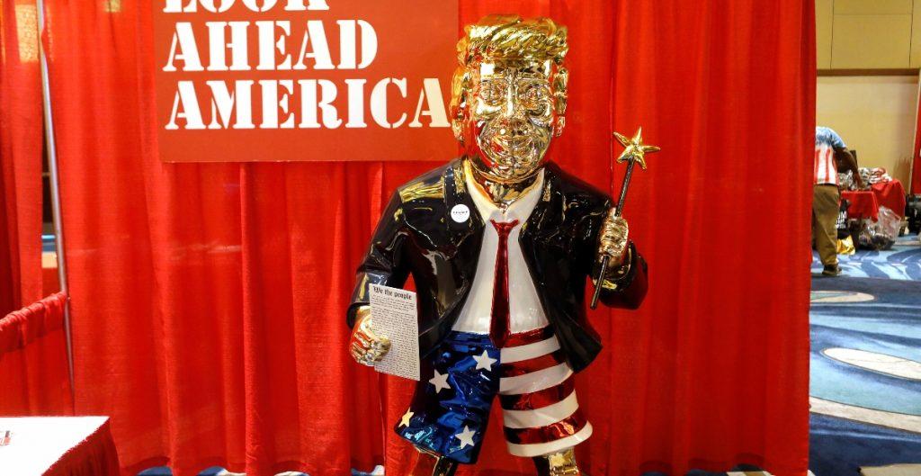 Un Trump dorado, la estatua mexicana que brilla en la conferencia de conservadores republicanos