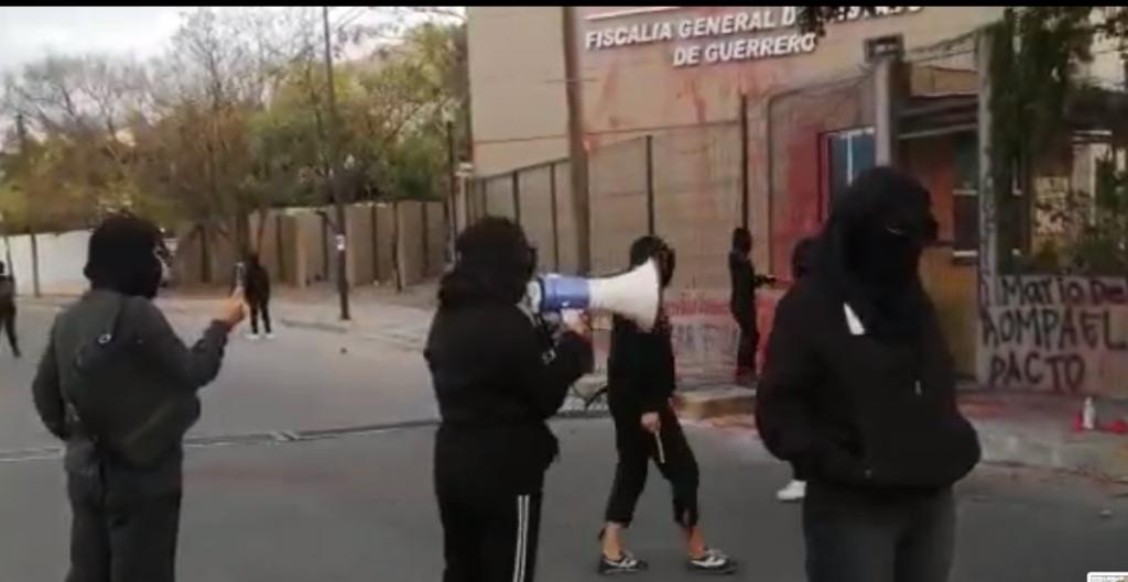 Colectivo feminista protesta ante Fiscalía de Guerrero por el caso Salgado Macedonio