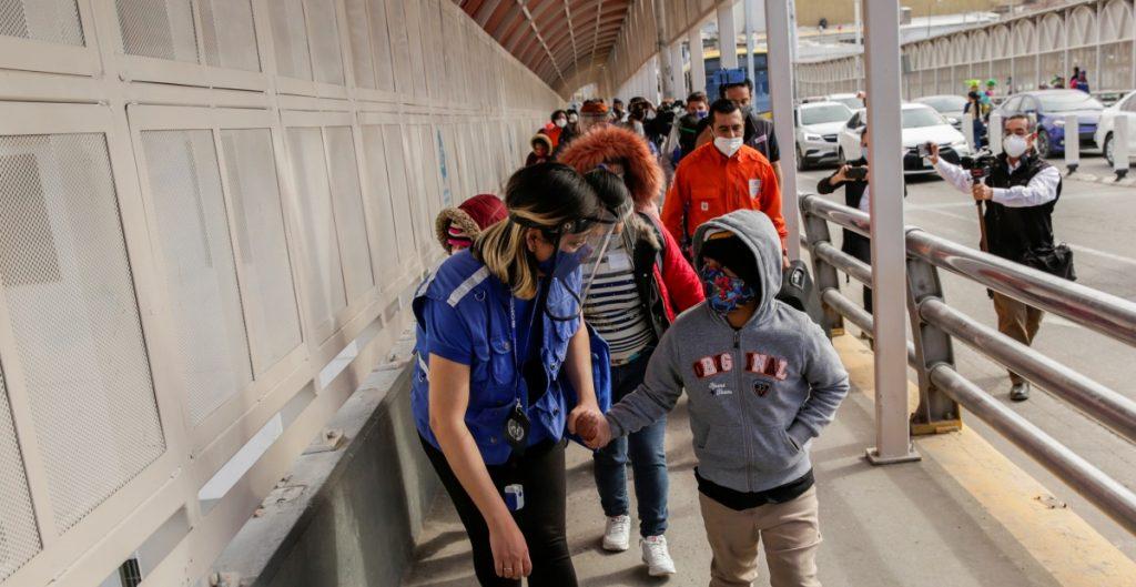 Gobierno de Biden considera permitir que familias separadas en la frontera permanezcan en EU