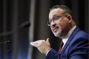 Senado de EU confirma a Miguel Cardona como secretario de Educación