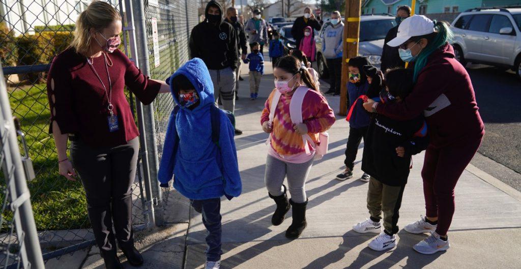Acuerda regreso de alumnos a las escuelas en California