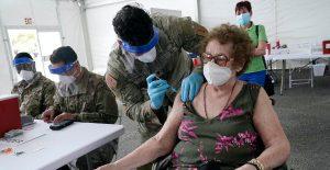 Crece polémica en Florida por conceder vacunas contra Covid-19 a personas adineradas
