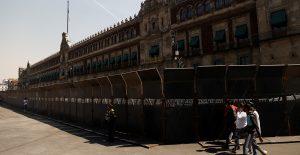 """Vallas en Palacio Nacional se colocaron para proteger a las mujeres, dice Sánchez Cordero; """"prefieren cuidar paredes"""", reviran feministas"""