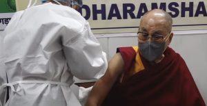 """Dalai Lama pide """"tener coraje y vacunarse"""" contra la Covid al recibir su dosis"""