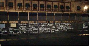 mujeres-pintan-nombres-victimas-feminicidio-vallas-colocadas-palacio-nacional