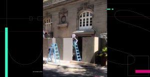 Colocan vallas en casa de Andrés Roemer en CDMX un día antes de la marcha del 8-M