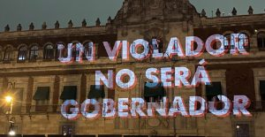 Feministas proyectan consignas en la fachada de Palacio Nacional con motivo del 8M