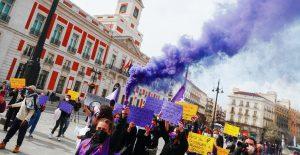 Mujeres protestan en el 8M frente a la Puerta del Sol en Madrid