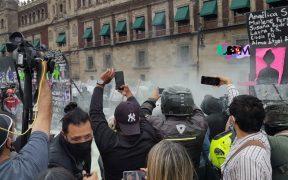 Manifestantes tumban tramo de la valla frente a Palacio Nacional; hay enfrentamientos con la policía