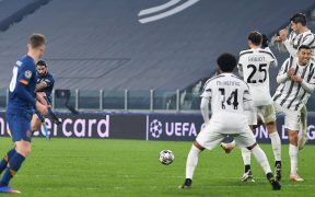 Cristiano Ronaldo se volteó al colocarse en la barrera en el segundo gol del Porto. Foto: EFE