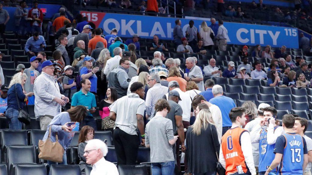 Aficionados desalojan el estadio de Oklahoma el 11 de marzo de 2020. Foto: Reuters