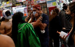 Los luchadores colocaron cubrebocas a la gente que no lo portaba en la Central de Abasto. Foto: Reuters
