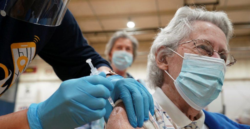 Estudio indica que la vacuna contra la Covid-19 reduce la transmisión del virus