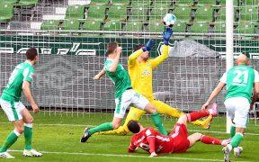 Lewandowski marcó así su gol 32 de la temporada. Foto: EFE