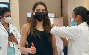 Alejandra Orozco mostró el momento en que le aplican la vacuna. Foto: @AleOrozcoLoza