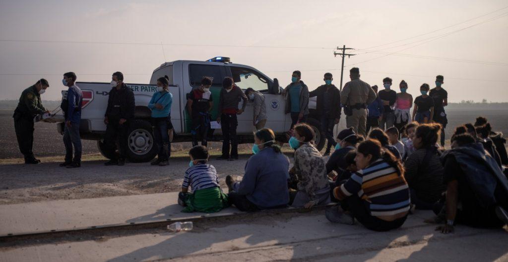 Gobierno de Biden considera enviar a migrantes a la frontera con Canadá
