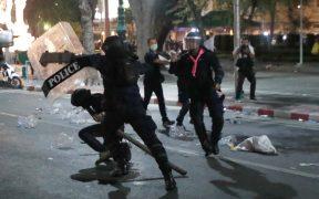 Manifestantes en Bangkok, Tailandia, se enfrentan con la policía