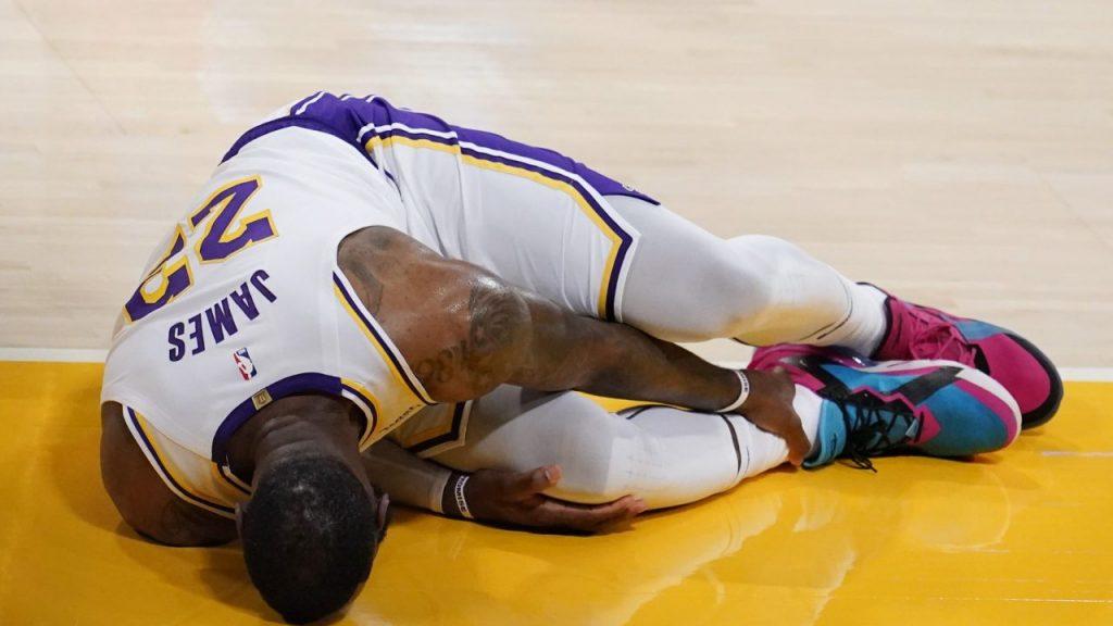 James se duele tras lastimarse el tobillo derecho. Foto: AP