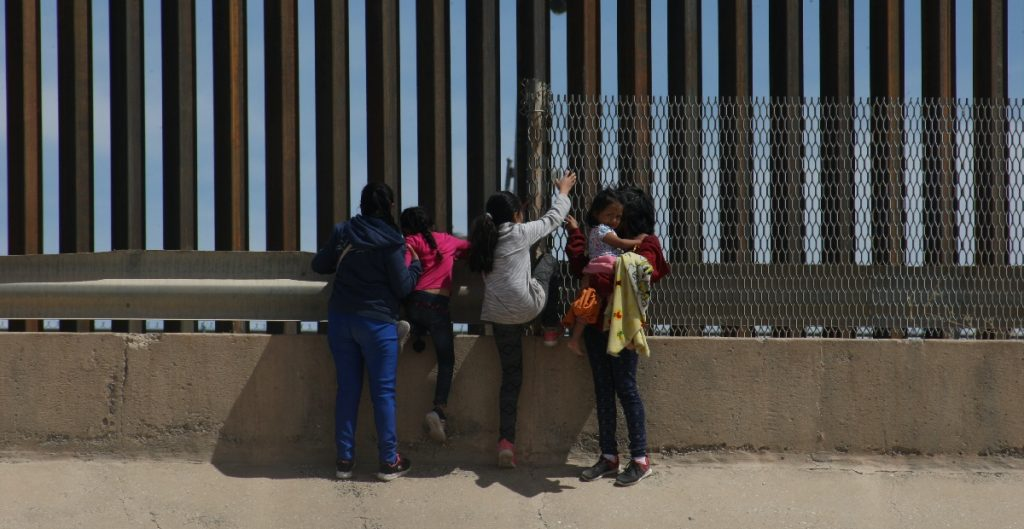 Gobierno de EU alojará a algunas familias migrantes en hoteles cerca de la frontera