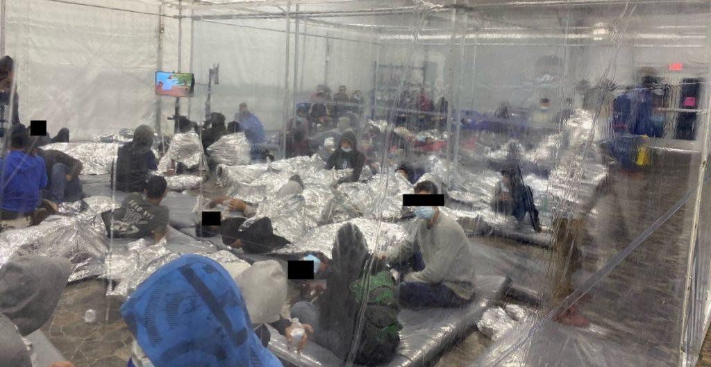 Fotos revelan hacinamiento de migrantes en refugios de EU