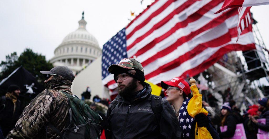 Revelan videos de ataque contra el oficial del Capitolio que murió tras el asalto