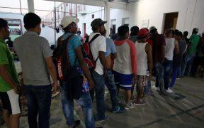 300 migrantes centroamericanos se amotinan en oficinas del INM en Chiapas