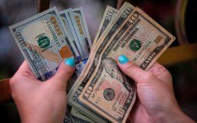 Ingreso de estadounidenses cae 7.1% en febrero; consumo se contrae 1.2%, revela Departamento de Comercio de EU