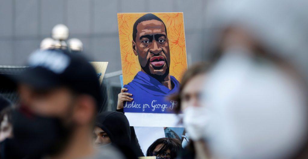 """Testigo del asesinato de George Floyd llamó al 911 porque no logró """"ninguna conexión humana"""" con los policías"""