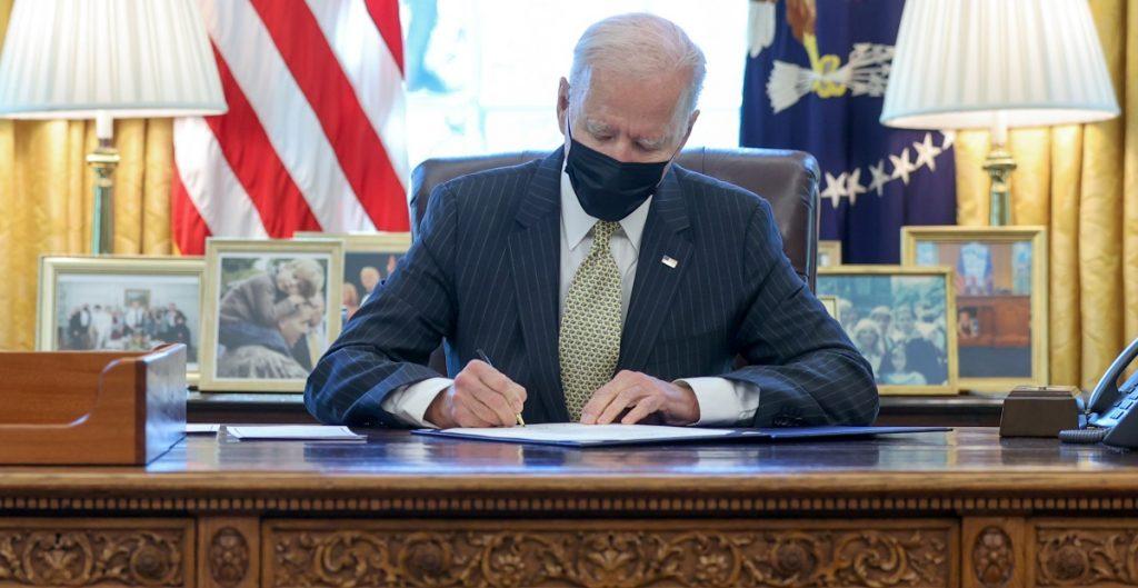 Biden firma ley que extiende el programa de préstamos para pequeñas empresas