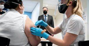 Contagios de Covid en EU podrían incrementar para otoño si la vacunación se retrasa, advierte exjefe de la FDA