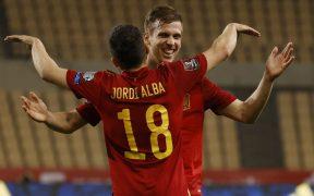 Jordi Alba felicita a Dani Olmo. Foto: Reuters