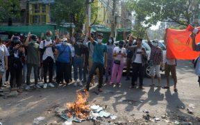 Manifestantes en Birmania queman la Constitución militar