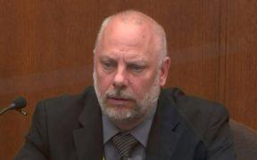 Oficial no debió arrodillarse en el cuello de Floyd tras inmovilizarlo, testifica supervisor