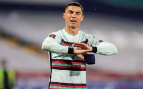 Cristiano Ronaldo protesta antes de arrojar el brazalete. Foto: EFE