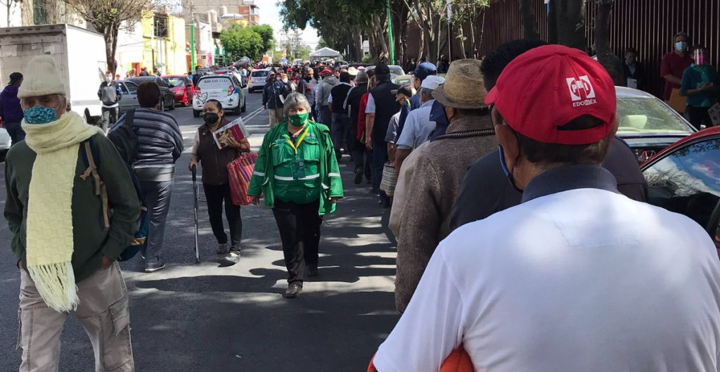Largas filas y caos en el primer día de vacunación contra Covid en Iztapalapa