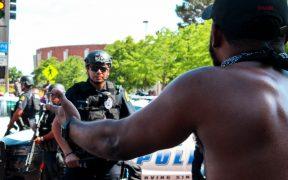 Despiden a siete oficiales de Texas por muerte de un afroamericano bajo custodia