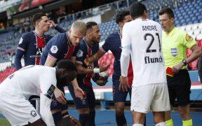 Neymar protesta al árbitro tras su expulsión ante Lille. Foto: Reuters
