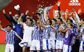 La Real Sociedad levanta el trofeo de campeón de la Copa del Rey. Foto: Reuters