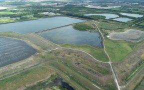 """Autoridades en Florida trabajan para evitar una """"catastrófica inundación"""" por aguas negras"""